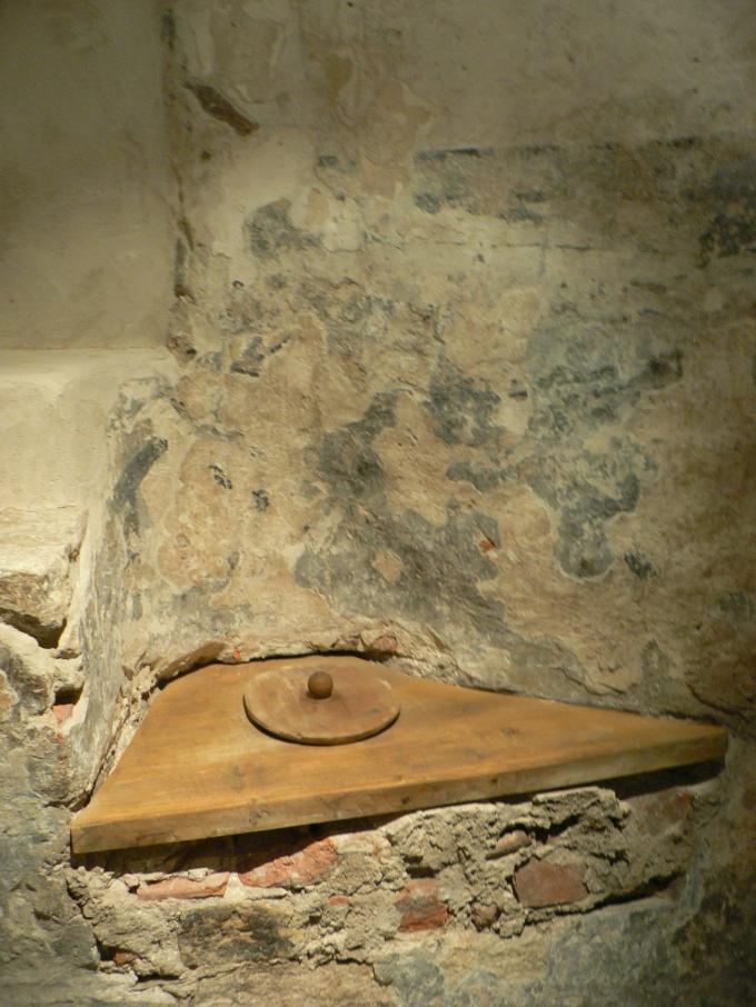 Toalett i ett handelshus i Visby.