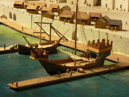Koggar i Visby hamn, modell på Gotlands museum.