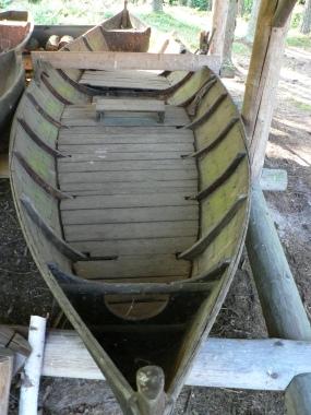 En sådan här forsbåt användes för att forsla pilgrimer på älven och är viktig i Örnflöjten.