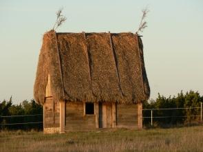 Gotländskt bulhus med agtak, ett lammgift för lammen.