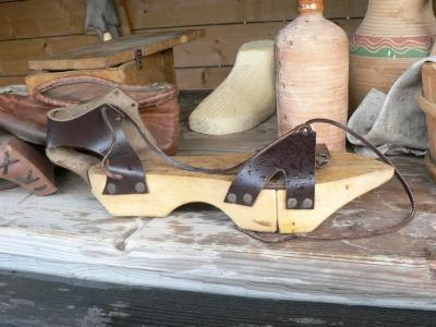 Patinor, skyddade skorna från gatans smuts.