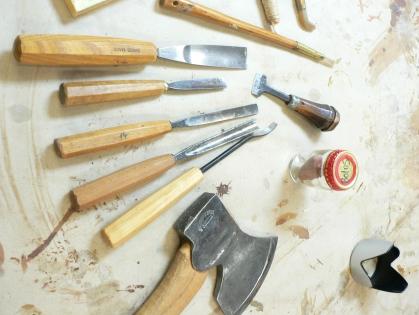 En snidares verktyg. Sådana som tynger Anselms ränsel.
