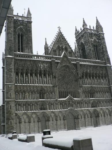 Den magnifika västfasaden på Nidarosdomen, Trondheims väldiga katedral, den största ni Norden.