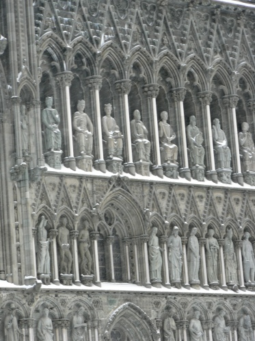 Nästan alla helgonbilderna på västfasadem är nyskapade under den hundraåriga återuppbyggnaden av katedralen.
