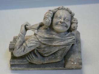 Ta av dig ,össan, pilgrim, signalerar skulpturen.