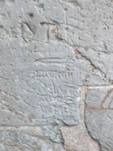 Medeltida graffiti på katedralens sydvägg. Vad det står? Läs Månskensvargen!