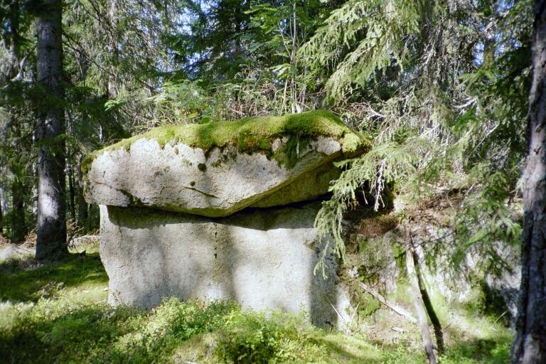Den stora stenen där vittra, de små under jorden, bor?