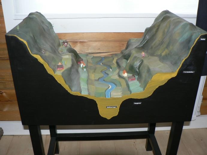 """En modell på Utmarksmuseet som visar Klarälvsdalens geografi. """"Hean"""", alltså grusplatån, syns tydligt."""