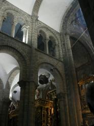 Il Butafumeiro sprider rökelse, avsedd att dämpa lukten av alla människor. Det var nog en mustig stank på medeltiden.