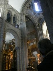 Il Butafumeiro, det stoa rökelsekaret, sätts i svängning av sju tribaleros, (munkar) och svingar sig högt upp mot taket.
