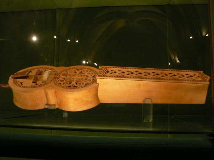 Ett organistrum, på engelska hurdy-gurdy, på svenska vevlira.