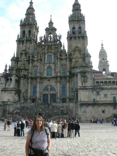Västfasaden har en gotisk påbyggnad som visserligen är kitsch men som skyddar den fantastiska Portico de la Gloria, den ursprungliga fasaden. Obligatorisk pilgrimsbild. även för fuskare som åkt tåg.