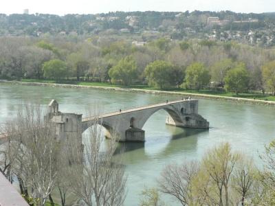 Den berömda bron, raserad av floden Rhône gång på gång. Tillslut gav man upp. Men när Mikael och Anselm är i Avignon är den hel.