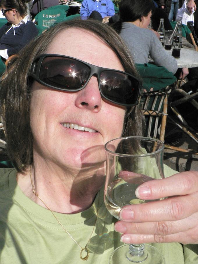 Ett glas vitt i solen.