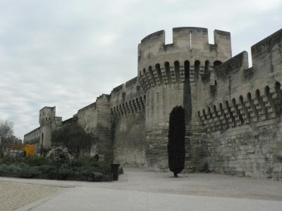 Någon stadsmur hade inte Avignon på 1350-talet, vilket får Mikael och Anselm att häpna. Den byggde senare,