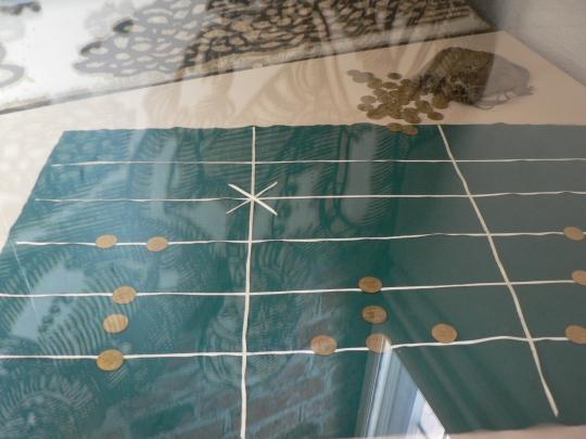 En abakus, eller ett räknetäcke - 1300-talets miniräknare. I Ormringen kan du lära dig använda den.