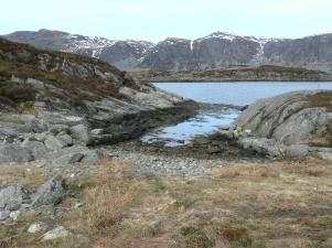 Båtläningen på Selja, I bakgrunden Stadlandet med Dragseidet där de drog båten över fjället.