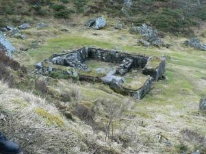 Ruinerna efter vad som förmodligen var sjukstugan nedanför grottan och terrasserna där Robin skötte om Ylva. .