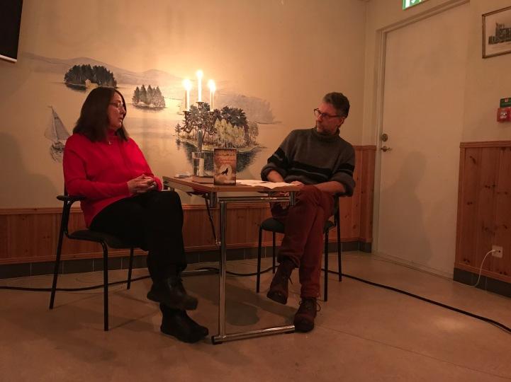 Dala-Demokratens kulturredaktör Ulf Lundén intervjuar.